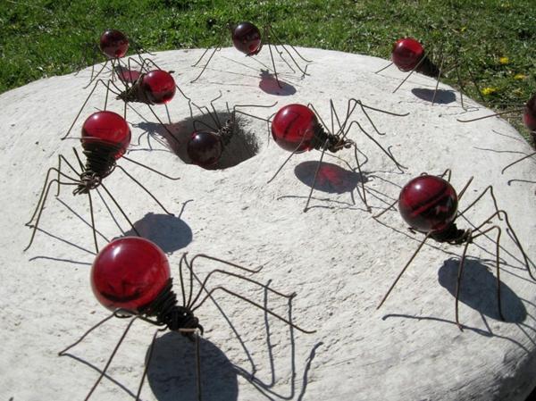 alte glühbirnen bastelideen im garten rote spinnen