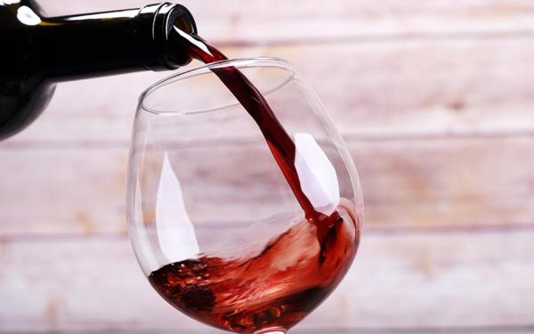 entspannungstechniken abends ein glas wein trinken