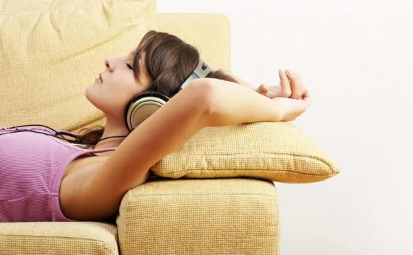 entspannungstechniken entspannung auf dem sofa