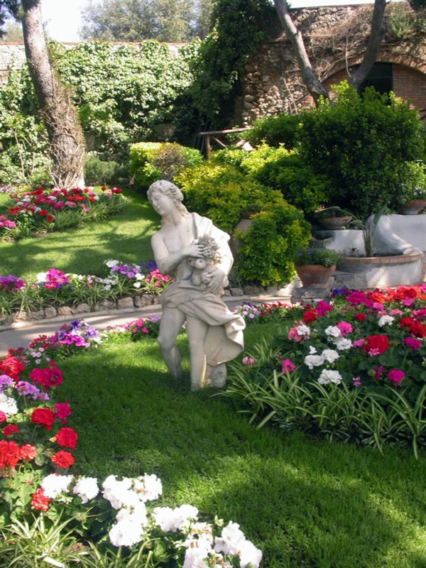 gartengestaltung bilder geranien steinskulptur