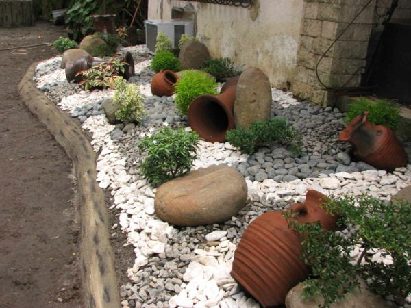 gartengestaltung beispiele kieselsteine keramik urnen