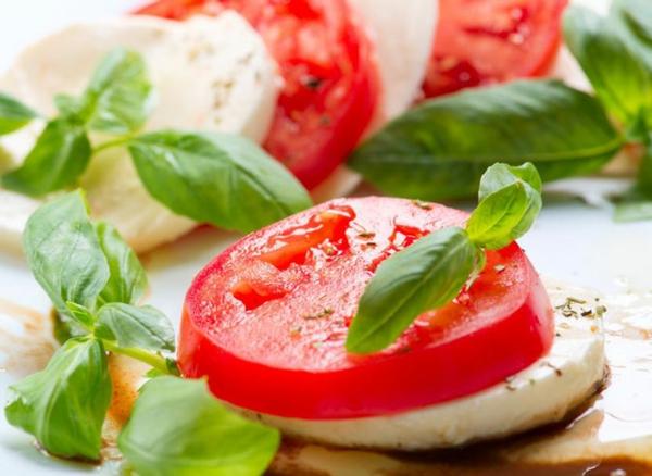 gesünder abnehmen tomaten basilikum mozzarella