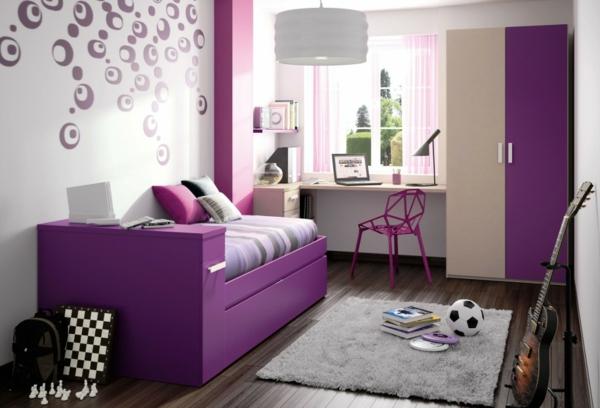 jugendzimmermöbel lila ausgefallener stuhl wanddeko