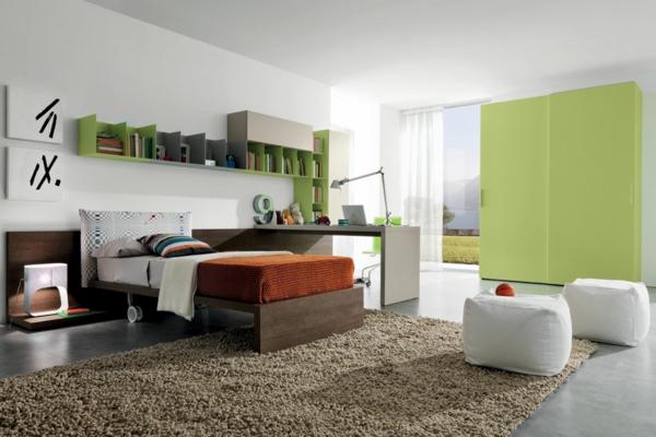 jugendzimmer beiger teppich weiße hocker grüner schrank