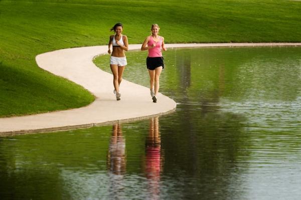 kalorienverbrauch beim joggen im fitness studio oder drau en im park. Black Bedroom Furniture Sets. Home Design Ideas