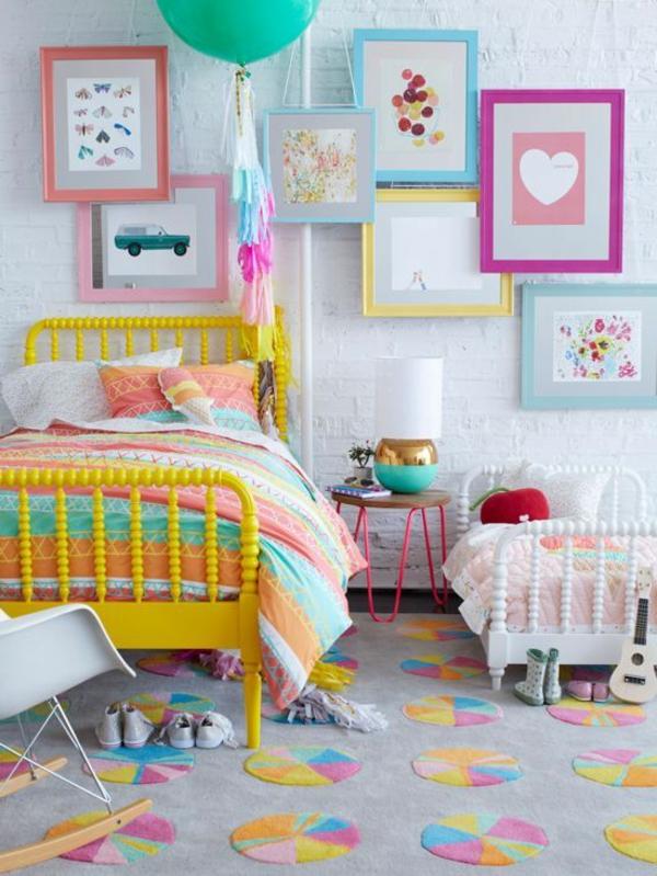 kinderzimmer mädchenzimmer gelbes bett farbiger teppich