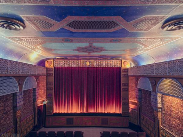 kinos weltweit modern kunst  rot vorhang