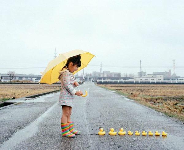 lustige kinderbilder kinderfotos Nagano Toyokazu tochter mit enten