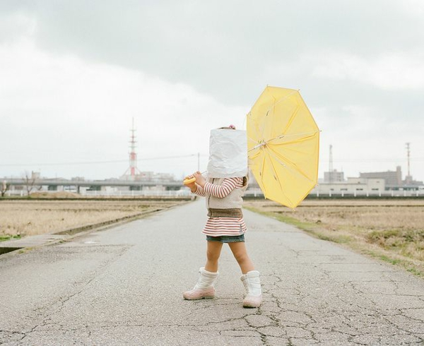 lustige kinderbilder kinderfotos Nagano Toyokazu tochter regenschirm