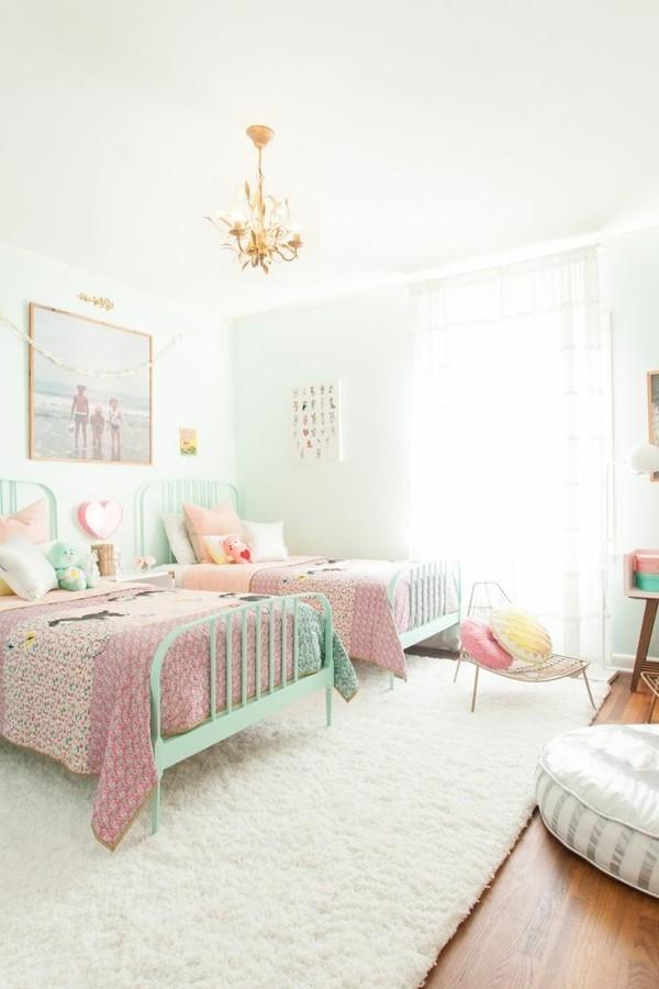 mädchen kinderzimmer für zwei mit weißem teppich und hellen gardinen