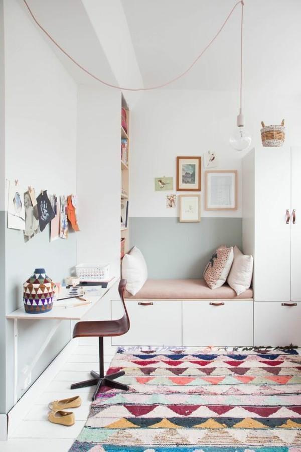 mädchen kinderzimmer farbiger teppich und helle wände
