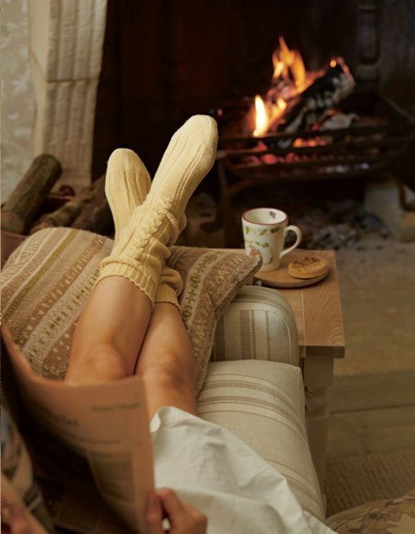 mach-mal-pause-entspannungstechniken-im-winter-vor-dem-kamin