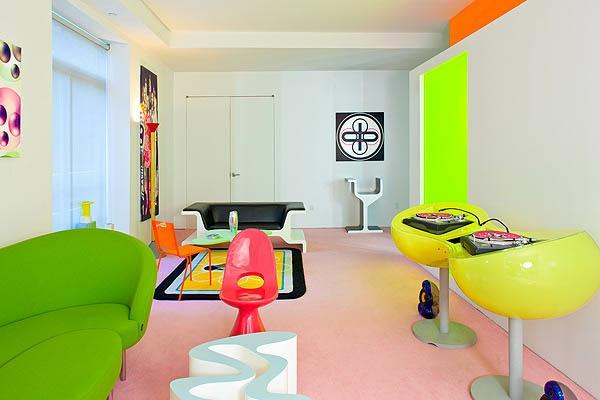 Chelsea Loft Designed By Karim Rashid Share Die Weltbekannte Schriftart Von Robert Indiana Pop Art Merkmale Innendesign Wohnzimmer Wandgestaltung Love