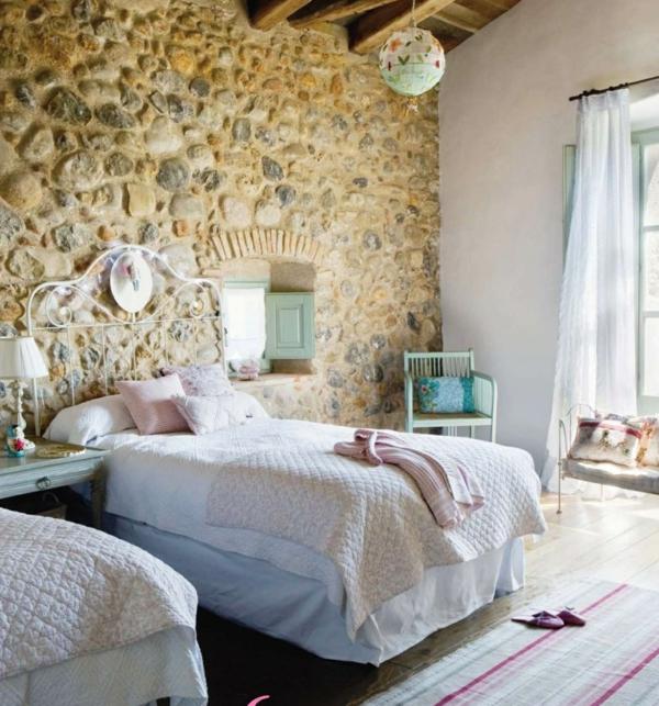 steinwand landhausstil schlafzimmer betten rustikal