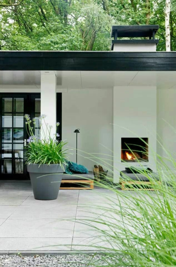 terrassenbelag beton fliesen gartenkamin außenmöbel topfpflanzen