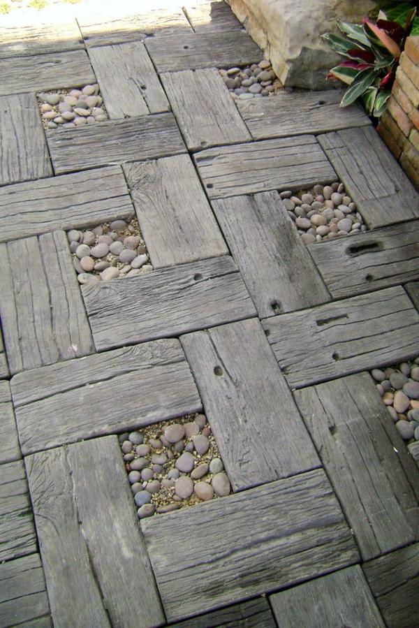 terrassenbelag holz kieselsteine als fliesen geordnet