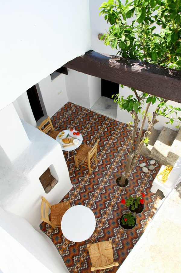 terrassen bodenbelag mosaik fliesen flechtmöbel stühle rustikal