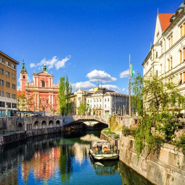 Tolle Wanderreisen in Europa Ljubljana in Slowenien gebäude wasser
