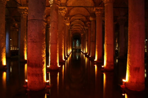 Tolle Wanderreisen in Europa säulen beleuchtung museum