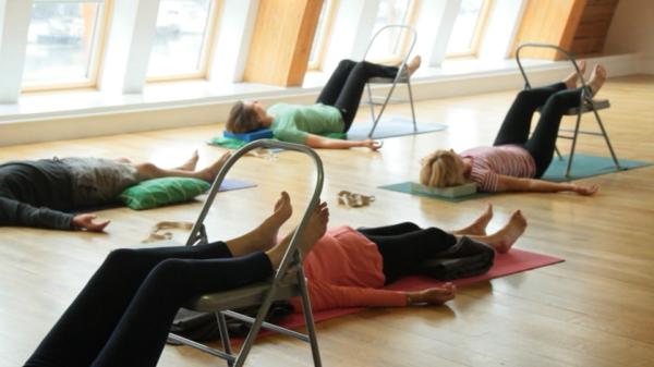 yoga entspannung stühle yogamatten
