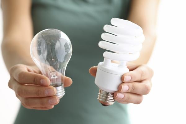 Energiesparen im Haushalt Stromspartipps effiziente geräte lampen glühbirnen