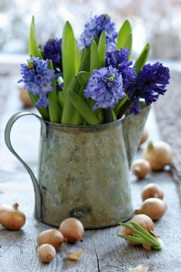 Frühlingsdeko-basteln-schöne-Gartenideen-zum-Selbermachen-metallvase