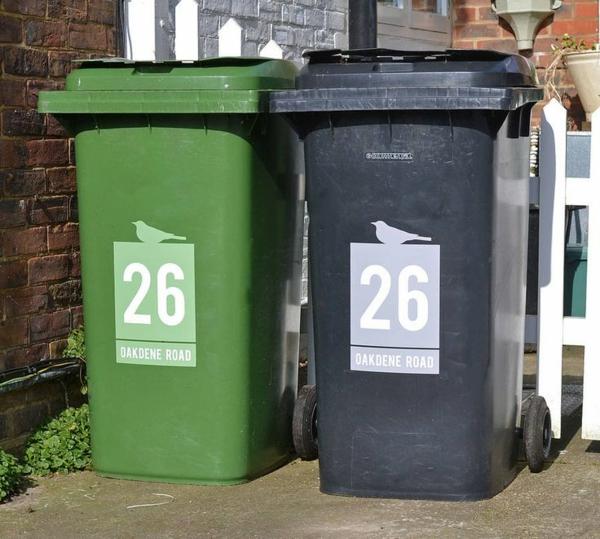 Mülltonnen im garten dekorieren neben den zaun stellen