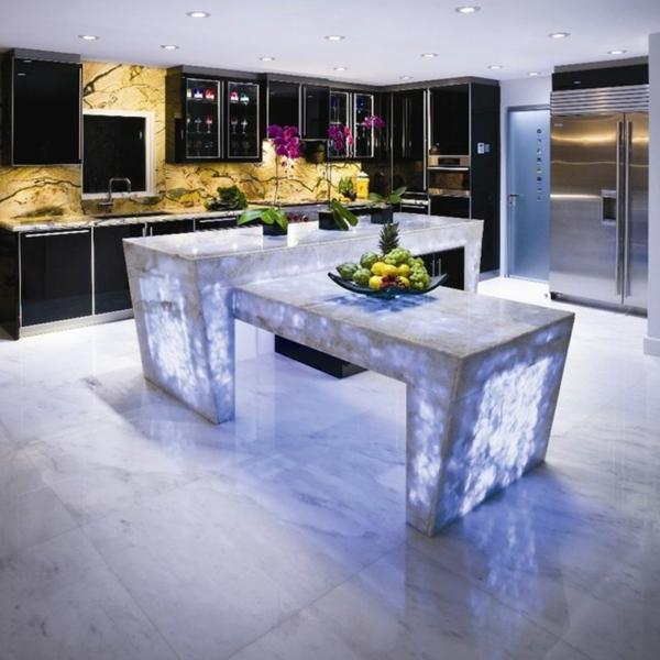 arbeitsplatte küche schöner optischer effekt kücheninsel beleuchtet