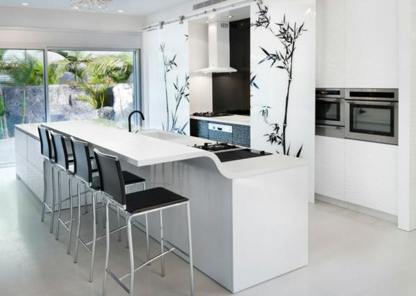 arbeitsplatte küche weiße kücheninsel schwarze barhocker
