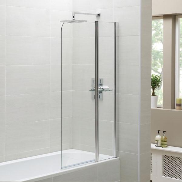 badewanne mit dusche gläserne trennwand helle badfliesen