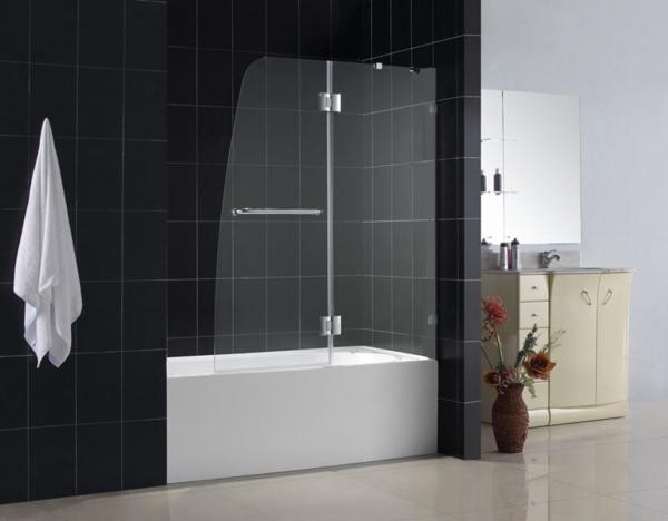 badewanne mit gläserner duschwand schwarze badfliesen
