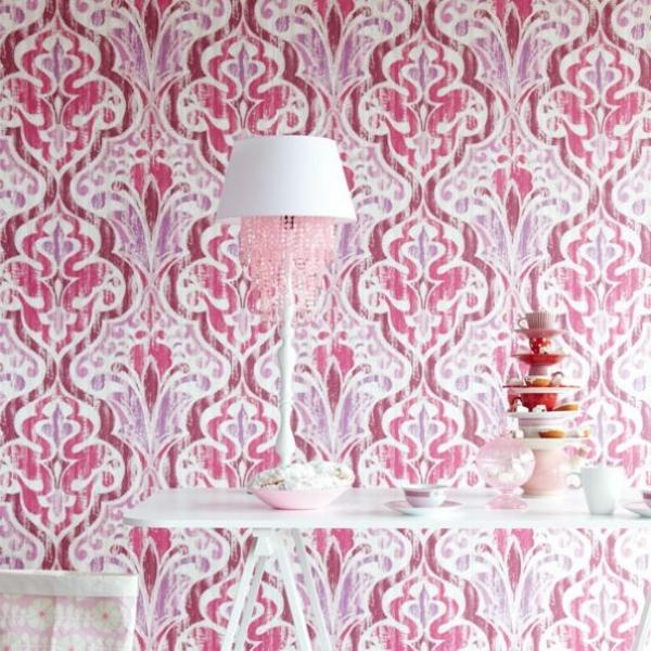 barock tapeten rosanuancen weißer tisch tischlampe