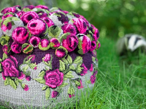 designer möbel sitzkissen bunte bommel MYK Pouf roses detail