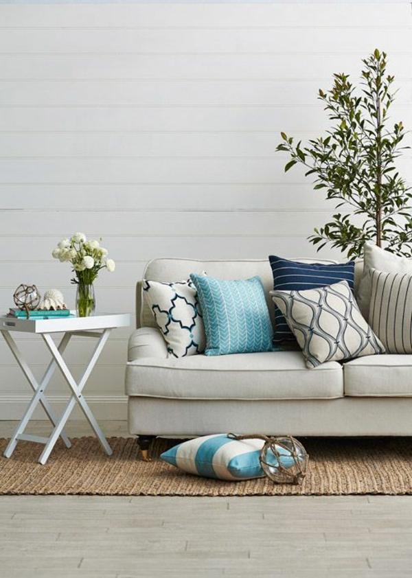 elegantes sofa dekokissen klappbarer beistelltisch sisalteppich