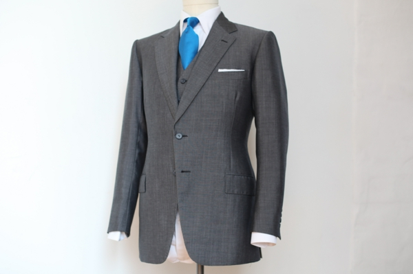 englischer anzug herrenmode blaue krawatte sakko