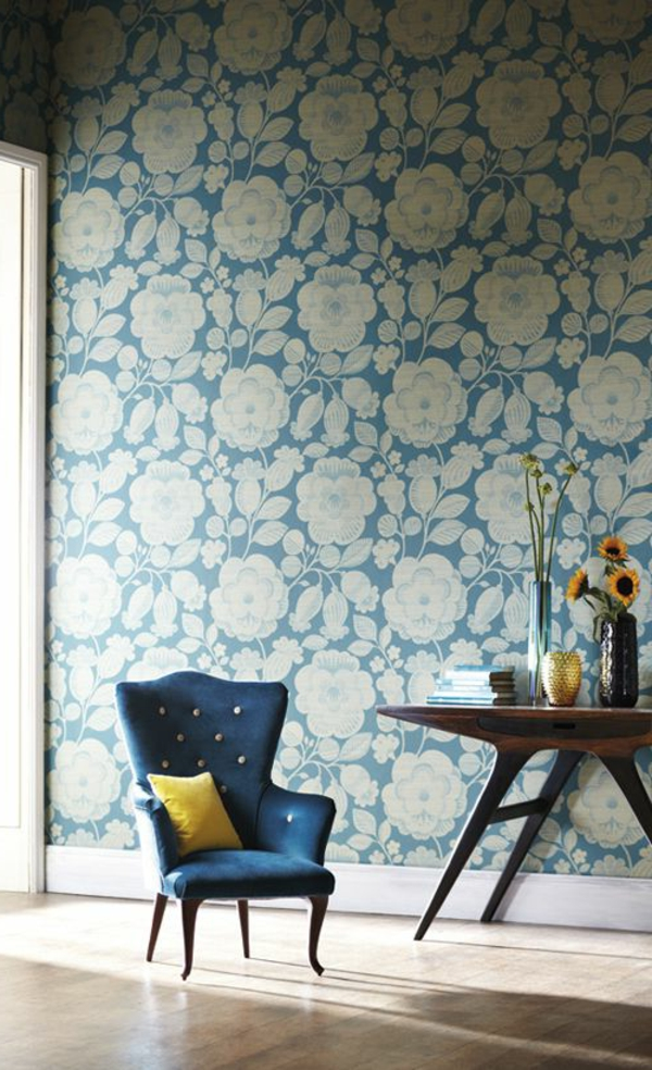 florale tapete blau weiß sessel beistelltisch