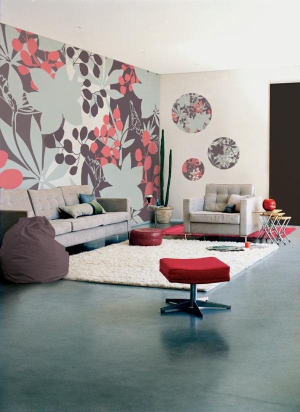 florale tapeten wohnzimmer roter hocker weißer wohnzimmerteppich