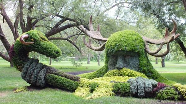 gartenskulpturen gottheit hirschgeweih schlange
