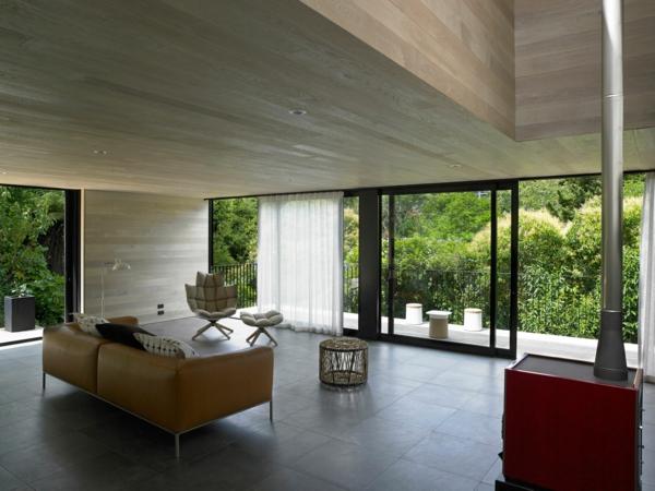 glasschiebetüren terasse geräumiges wohnzimmer kamin