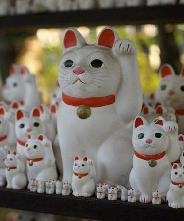 glucksbringer bedeutung japan weiße katze maneki nekos