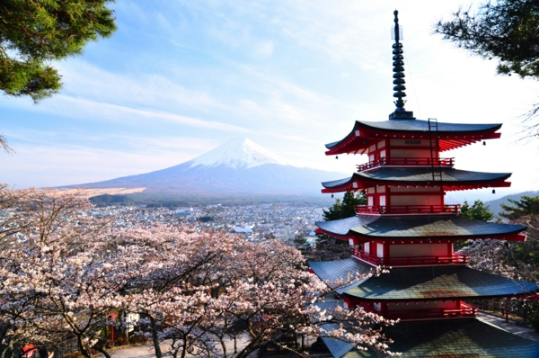 japanische sternzeichen pagode frühlingsblüten berge