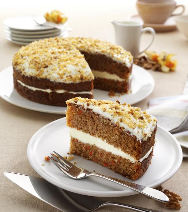 karottenkuchen weiße kreme nüsse rund
