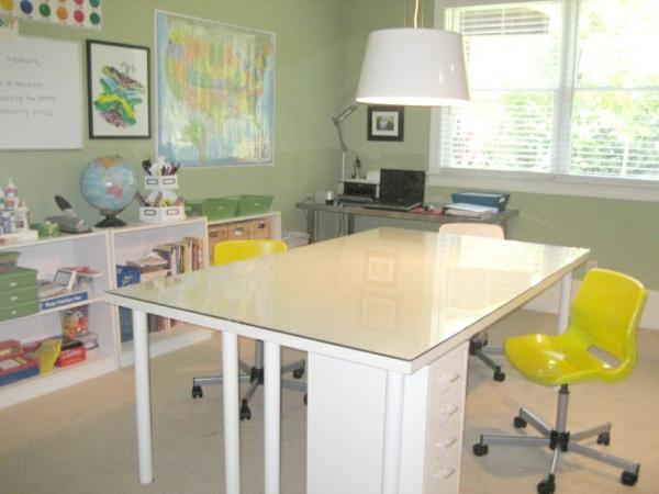 kinderzimmer m bel die rolle von dem schreibtisch im. Black Bedroom Furniture Sets. Home Design Ideas