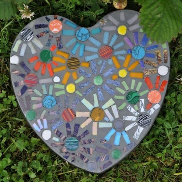Mosaik basteln stein mosaik im garten for Garden mosaics designs