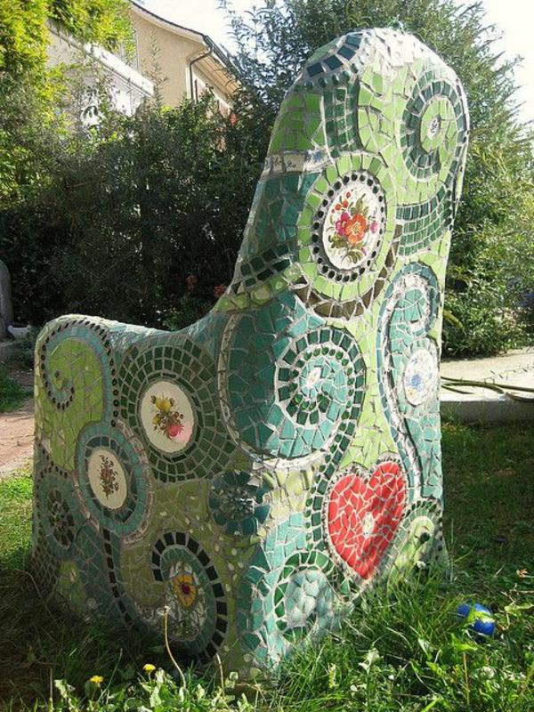 Mosaik basteln stein mosaik im garten - Fliesen mit mosaik bekleben ...