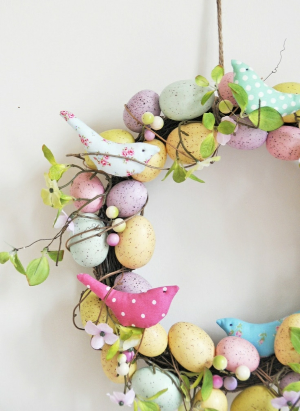 osterkranz basteln kreative bastelideen frühlingsblumen bunte eier stoff vögelchen