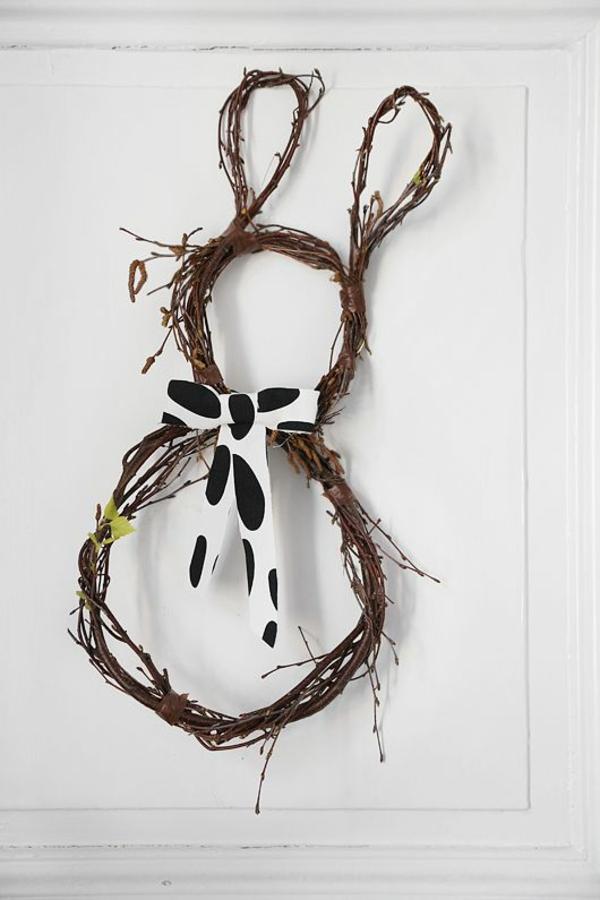 osterkranz basteln und den eingangsbereich geschmackvoll dekorieren. Black Bedroom Furniture Sets. Home Design Ideas
