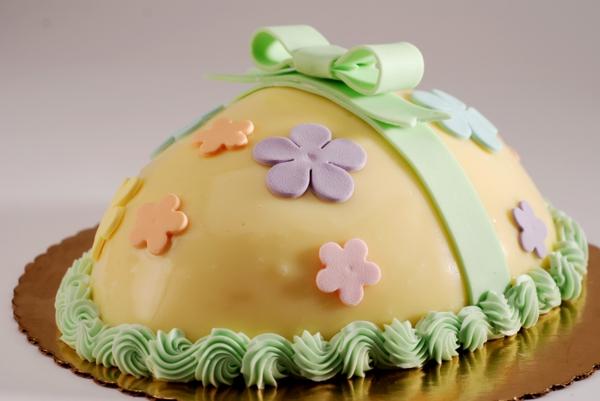 osterkuchen backen eihälfte gelbe glasur blumen