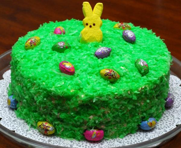 osterkuchen backen grüne wiese gelber osterhasen