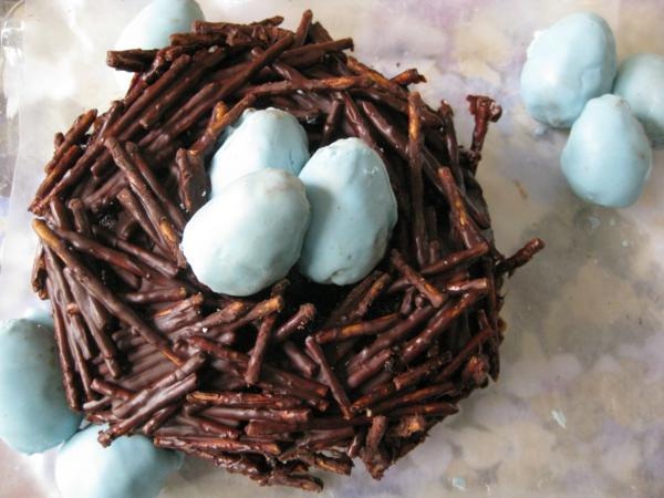 osterkuchen backen schokoladen nestz blaue eier